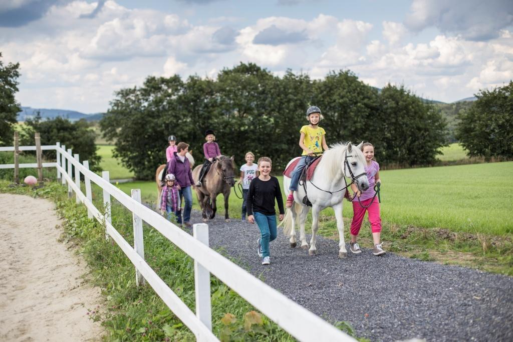 Ferienspaß beim Ponyreiten im Schmallenberger Kinderland